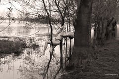 Apesanteur avec JGArtphotography (a.ntho49) Tags: nude acrobatic apesanteur noir et blanc nudeman tree ile marais naked photoart jgartphotography gayart nature