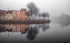 Misty mornings, Haarlem (reinaroundtheglobe) Tags: haarlem nederland spaarne river mist fog reflections waterreflections bikes buildings residentialbuilding morning