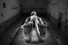 Frank il fachiro (drugodragodiego (3 Millions Thanks)) Tags: brescia lombardia italy art gabrielepicco exhibition frank sculpture blackandwhite blackwhite bw biancoenero pentax pentaxk1 k1 pentaxdfa2470mmf28 hdpentaxdfa2470mmf28edsdmwr pentaxart statua gigante colosso coni fachiro