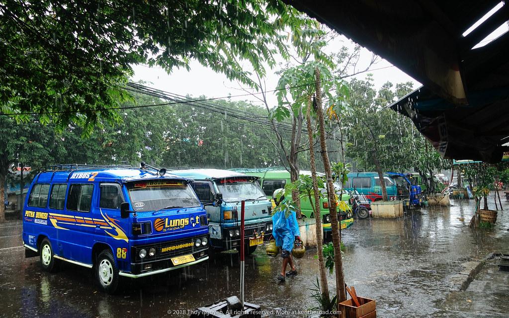 Chỗ mini bus chờ xe tới Cemoro Lawang