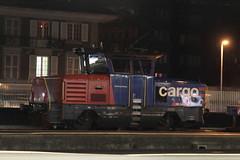 SBB Cargo Zweikraftlokomotive Eem 923 027 - 7 mit Taufname Montagne de Boujean - Bözingenberg ( Rangiertraktor - Rangierlokomotive Typ «BUTLER» der Firma Stadler Rail - IB 2.0.1.3 ) bei Nacht am Bahnhof Thun im Kanton Bern der Schweiz (chrchr_75) Tags: christoph hurni chrchr75 chrchr chriguhurni chriguhurnibluemailch märz 2018 schweiz suisse switzerland svizzera suissa swiss albumbahnenderschweiz albumbahnenderschweiz20180106schweizer bahnen bahn eisenbahn train treno zug juna zoug trainen tog tren поезд lokomotive паровоз locomotora lok lokomotiv locomotief locomotiva locomotive railway rautatie chemin de fer ferrovia 鉄道 spoorweg железнодорожный centralstation ferroviaria