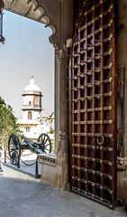 Hofeingang (krieger_horst) Tags: tor palast indien udaipur kanone