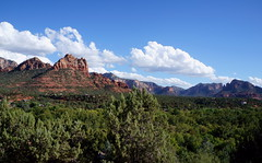Looking away (s81c) Tags: redrocks roccerosse rocks rocce red rosso canyon sky cielo bluesky cieloazzurro clouds nuvole white bianco landscape paesaggio panorama trees alberi green verde sedona arizona americansouthwest usa