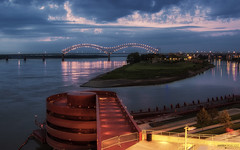 Hernando de Soto Bridge, Mississippi River - Memphis (Tennessee) (Andrea Moscato) Tags: andreamoscato america statiuniti usa unitedstates us view vivid vista river reflection riflesso fiume water freshwater evening shadow light luci ombre sunset tramonto clouds nuvole sky cielo city città stair island isola yellow red blue parco park ponte bridge architecture arco nature natura fence green