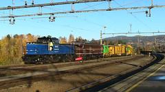 Railway Station Hønefoss (Bergen Line) (Multerland.........) Tags: nsb bergenline bergensbanen railroad oslo bergen october18 2017 waitingroom sunlight autumn blueskies yellowbuilding norgesstatsbaner jernbaneverket jernbanen