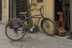 5.500 € (Ioannis Chrisakis) Tags: chrisakis city colors antique work rome pedestrian street old bicycle leather bag travelers brand wood italy italian