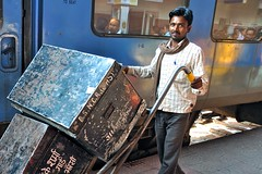 India- Bhopal- railway station (venturidonatella) Tags: india asia bhopal station railwaystation nikon nikond300 d300 porter colori colors portrait ritratto people persone gentes treno train sguardo look emozioni emotion madhyapradesh