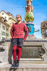 Luzern/Schweiz 2. April 2018 (karlheinz klingbeil) Tags: strumpfhose stricken brunnen tights switzerland city knitting mode knitwear suisse collant schweiz fountain manninstrumpfhose stadt gestricktes knit menintights luzern fashion ch