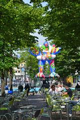 Duisburg - Innenstadt (73) (Pixelteufel) Tags: duisburg nordrheinwestfalen nrw innenstadt city stadtmitte stadtkern brunnen brunnenanlage brunnenfigur wasserspiel wasserspeier fusgängerzone strasencafé bäume baumbestand