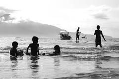 ondas (renanluna) Tags: meninos boys mar sea oceano ocean ondas waves barco boat céu sky monocromia monochromatic pretoebranco blackandwhite pb bw sãopaulo sp br 55 fuji fujifilm fujifilmxt1 xt1 35mm fujinon35mmf14xfr fujinon renanluna