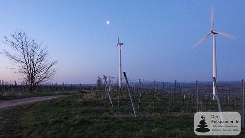 Mond über den Windrädern bei Zornheim