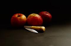 3 Manzanas en Taramúndi (davidgv60) Tags: david60 manzanas gotas agua frutas color composición superficie fondo oscuro fujifilmxt10 españa spain luznatural interior alimentos natur natural pomes navaja navaixa navalla photodgv
