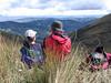pareja en lo alto de la montaña (cfdtfep) Tags: pareja paisaje montaña hombre mujer morral pasto chaqueta sombrero cachucha amistad compañia amigos amor colombia
