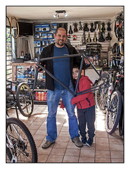 CRISTIAN BUENO / Buono Bike Boutique II (ORANGUTANO / Aldo Fontana) Tags: chile regióndelmaule linares cristianbueno buonobikeboutique poeple personas bicicleta bicycle roadbike retrato portrait color canong10 canon aldofontana orangutano flickr simplex