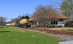 Lavonia Depot (GLC 392) Tags: hrt hartwell railroad emd gp40 gp382 gp38 sd38 654 3000 1973 5130 railway train eje ns conrail lavonia ga georgia depot tree grass