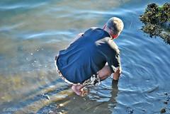 ¿Dónde estáis, almejitas? (Franco D´Albao) Tags: francodalbao dalbao nikond60 marisco almejas furtivo mar sea hombre man recolector