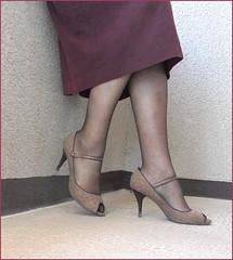 2018 - 04 - 24 - Karoll  - 210 (Karoll le bihan) Tags: escarpins shoes stilettos heels chaussures pumps schuhe stöckelschuh pantyhose highheel collants bas strumpfhosen talonshauts highheels stockings tights