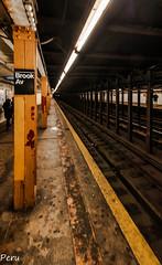 Brook avenue (Perurena) Tags: cartel metro subway underground transporte oscuridad darkness vagon wagon pasajeros luz light anden estación station nuevayork estadosunidos usa bronx