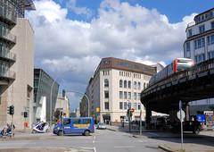 DSC_0564 Blick vom Rödingsmarkt in der Hamburger Altstadt über die Altenwalltbrücke zum Alten Wall; re. das Geländer zum Mönkedammfleet. Eine Hochbahn fährt auf dem Viadukt zum Bahnhof Rödingsmarkt. (christoph_bellin) Tags: altenwalltbrücke alten wall geländer mönkedammfleet hochbahn viadukt bahnhof rödingsmarkt hamburgs bilder geschichte entwicklung stadtteile architektur strasen plätze innenstadt altstadt bezirk city veränderung