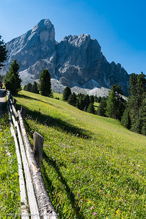 Gebirgslandschaft aufgenommen in den Dolomiten (Peitlerkofel, Südtirol) - Mountain landscape photographed in the Dolomites (Peitlerkofel, South Tyrol)