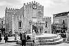 Duomo de Taormina (Stauromel) Tags: taorminasiciliaitalia duomo catedral bn blancoynegro blackwhite taormina sicilia italia fuji fujixt2 stauromel skyline street fuente fontana alquimiadigital arquitectura medieval sannicolasdebari
