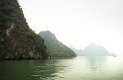 Vietnam | Ha Long Bucht 55 (Wolfgang Staudt) Tags: halongbucht halong vịnhhạlong golfvontonkin vietnam nordvietnam asien felsen inseln bucht kalksteinfelsen weltkulturerbe schiffe attraktion tourismus karstkarren