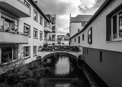 Saarburg (Patrick Herzberg) Tags: duitsland saarburg brug d5200 huis nikon rivier saar stad straatfotografie straatbeeld zwartwit