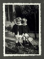 i gemelli con le carriole - Vicenza dicembre 1936 (dindolina) Tags: photo fotografia blackandwhite bw biancoenero monochrome monocromo twins gemelli vignato carriole toy giocattolo family famiglia history storia italy italia veneto vicenza 1936 1930s annitrenta thirties