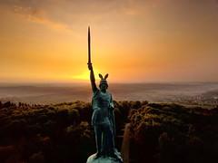 Sonnenaufgang am Herrmannsdenkmal (Frank-Martens) Tags: beautifullight denkmäler drohne drone monuments owl ostwestfalen schöneslicht sonne sonnenaufgang sun sunrise teutoburgforest teutoburgerwald