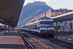SNCF 72052 with an Annecy-Nantes express at Grenoble 19August1985 (mikul44171) Tags: 72052 grenoble 19august1985 gare station