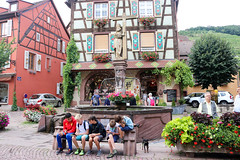 Vacances_0425 (Joanbrebo) Tags: kaysersbergvignoble grandest francia fr font fountain fuente fontaine fuentesfountains gente gent people streetscenes alsace hautrhin canoneos80d eosd efs1855mmf3556isstm autofocus