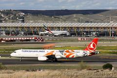 TC-JRO Turkish Airlines EuroLeague livery (Martin J. Gallego. Siempre enredando) Tags: avion airbus airplane aeroplano aeronave aeropuertoadolfosuarezmadridbarajas aeropuertodemadridbarajas madrid mad martinjgallego iberianspotters barajas speciallivery logojet tcjro turkish turkishairlines a321 321 airbus321 airbusa321 planespotting plane