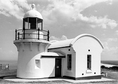 Tacking Point Lighthouse  #381 (lynnb's snaps) Tags: 1970s 35mm hp5 portmacquarie tackingpoint bw buildings film historic lighthouse tackingpointlighthouse olympusom1 omzuiko28mmf35 ilfordhp5 coast shore architecture blackandwhite bianconegro bianconero blackwhite biancoenero blancoynegro noiretblanc schwarzweis monochrome