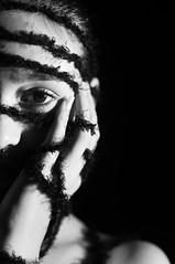 ILUMINISMO - Amarras (Simone Sattler) Tags: pb bn bw iluminismo amarras amarrar aprisionar prender preto branco cinza luz sombra mulher corpo pele lã expressões interpretações retrato dualidade mãos olhares abstrato minimalismo simplicidade essencia expressão sentimentos corporal sensações interpretação