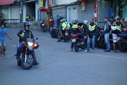 """Pour monter, des """"motos taxis"""" attendent les habitants et touristes, la course coûtera 5 reals (soit environ 1,20 euros)"""