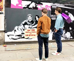 LORETTO catching quite a bit of attention with his royal wedding art! (Suse Wilson) Tags: londonart stencil colours shootthestreet streetphotography street soho weddingfever meghanmarkle princeharry royalwedding loretto lorettoart streerart art london