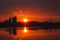 Man macht auf Skyline (Lilongwe2007) Tags: hamburg deutschland ausenalster skyline mundsburg türme sonnenaufgang spiegelung silhouetten schatten kirche kirchturm uhlenhorst wasser farben