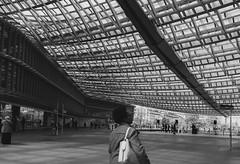 Arquitectura de la luz (Lola Martín Rodríguez) Tags: fotoderua fotodecalle streetphoto streetphotography street fotografíadecalle sombras blancoynegro bw parís luz