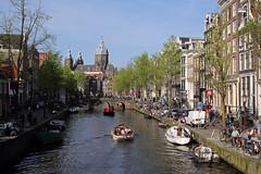Un sabato pomeriggio ad Amsterdam – A Saturday afternoon in Amsterdam (Roberto Marinoni) Tags: amsterdam olanda canali canals barche boats gente people sabato saturday basilicadisannicola