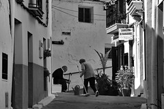 Neighborly help (gerard eder) Tags: world travel reise viajes europa europe spain spanien valencia chulilla paisajes panorama people peopleoftheworld blackandwhite blackwhite blancoynegro bw sw monochrome neighborhood städte street stadtlandschaft streetlife city ciudades cityscape cityview village villagelife