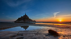 Helemaal alleen (zsnajorrah) Tags: nature landscape landscapephotography water sea beach sand mud clay puddle reflection lowtide rock earlymorning sky clouds sun sunrise goldenhour longexposure neutraldensityfilter nd breakthroughphotography x4nd3 tiffen gradnd sirui canon 7dmarkii efs1018mm france normandy montsaintmichel ocean bay island church abbey bridge silhouette