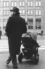 Warsaw, 2018 (Aleksander Kalka Photographiti) Tags: warszawa warschau warsaw varsovie varsavia varsovia nikon nikkor rollei superpan 200 iso 35mm f2 d f2d daddy dad tata kid f100 black white bianco nero schwarz weiss street walk