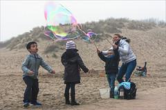 Les bulles. DSC_4708 (leonhucorne) Tags: merdunord bulles koksijde nikon d750 fullframe zoom 70200 brume diguede mer enfants