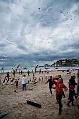 ciel de bulles (Charles-Fernand) Tags: plage beach ciel cloud kite cerfsvolants enfants bullesdesavon vent nuage gris orage mer personnes eau groupenuagesetciel sable merci jeux doreau