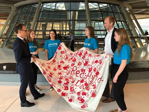Zum Red Hand Day habe ich das junge UNICEF-Team aus Oldenburg mit Bundesminister Heiko Maas in Berlin zusammengebracht - gemeinsam gegen den Einsatz von Kindersoldaten.