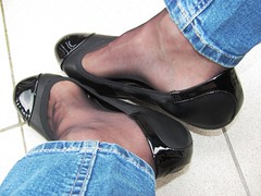 new ballet flats - outdoor fun (Isabelle.Sandrine2001) Tags: deflexcomfortballetflats shoeplay dangling legs feet jeans nylons stockings tatoo leatherpumps ballet flats leather pumps