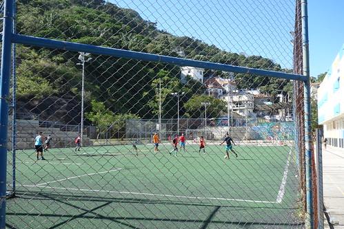 On redescend par la favela de Vidigal où des jeunes sont entrain de jouer au foot, sport très important ici !