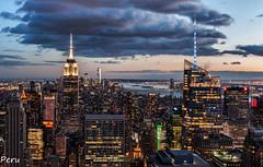 Espectaculo (Perurena) Tags: edificios buildings ciudad city skyline panorámica luces lights atardecer sunset solpor nubes clouds cielo sky vistas views mirador manhattan nuevayork nyc estadosunidos usa