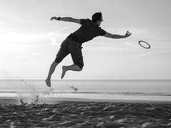Joris & co - 1 B&W (Drummerdelight) Tags: blackwhite action beach seaside jump frisbee sport freeze