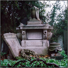 Vienna Central Cemetery, Jewish section_Rolleiflex 2.8F (ksadjina) Tags: 6x6 austria c41 carlzeissplanar80mmf128 dezember jüdischerfriedhof kodakportra400 nikonsupercoolscan9000ed rolleiflex28f silverfast vienna wien zentralfriedhof analog film scan